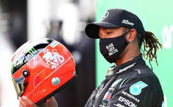汉密尔顿欣赏舒马赫的头盔