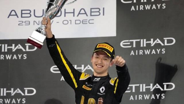 中国车手周冠宇携手阿隆索参加F1测试赛,阿隆索夺冠