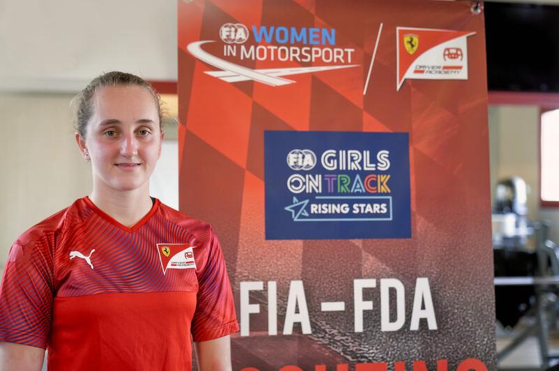 法拉利迎来首位女车手,16岁荷兰少女加盟法拉利