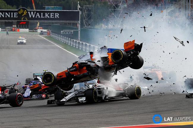 F1比利时站发生撞车事故:阿隆索被撞飞起